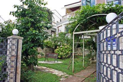 dvoriste_apartmani_krnajski_herceg_novi_crna_gora na toploj, Herceg Novi
